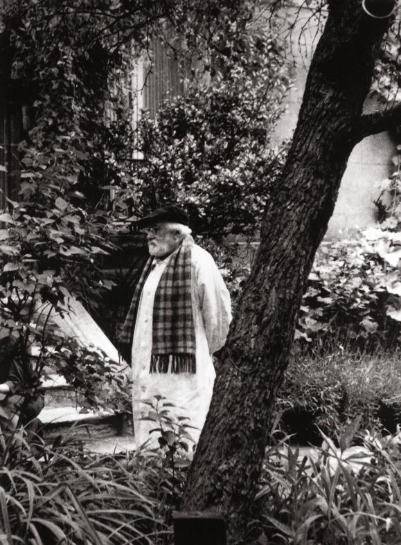 Dans son jardin à Port-des-barques en 1970.